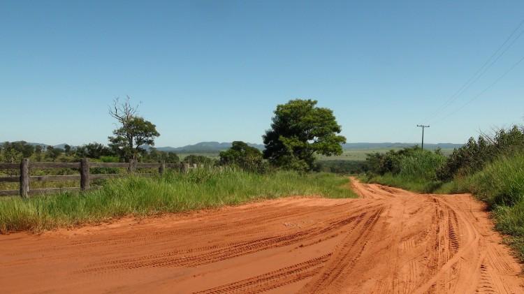 Strada in terra battuta per entrare nella comunità del Pai Tavytera