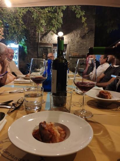 Questa è la Romagna! Buon vino, buon cibo e ottima compagnia! Ogni occasione è buona per incontrarsi e fare festa andando a scoprire gli angoli sperduti delle colline romagnole che solo pochi fortunati purtroppo conoscono. Gioielli incastonati e distribuiti in un territorio che vi sorprenderà! Questi sono i Borghi della Romagna! Grazie a Giulia Benini di Una Mamma per Guida - Blog di Viaggi per questa magnifica foto che condensa i valori del nostro Blog Tour.