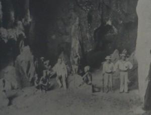 La grotta dell'Hatoe Patola vicino al villaggio di Kasieh_Seram_Wele Telu Batai_Indonesia_1920 circa.