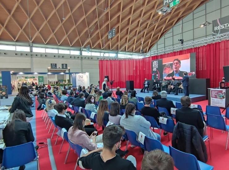 Ieri è stata una fantastica giornata per l'ITS Turismo e Benessere al TTG di Rimini. Alla mattina un confronto con l'ITS del Veneto e con l'ITS della Puglia - in un efficace sinergia di rete - sulle potenzialità degli Istituti Tecnici Superiori e le nuove strategie per un loro rilancio dopo-pandemia. Grazie alle attenzioni poste dalle proprie Regioni e il quadro nazionale normativo e di finanziamento che favorirebbe il nuovo corso degli Istituti Tecnici Superiori in Italia, inizia una nuova fase per un grande futuro! Al pomeriggio con il saluto di incoraggiamento dell'Assessore della Regione Emilia Romagna Andrea Corsini, è avvenuta la consegna dei diplomi agli studenti delle sedi di Bologna, Cesena e Rimini dell'ITS Turismo e Benessere per il biennio 2019-2021. A seguire alcuni allievi diplomati hanno spiegato le loro migliori buone pratiche per il turismo. Foto di Hermann Graziano.