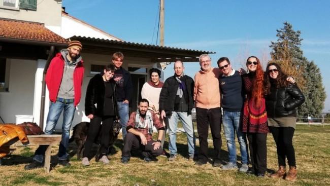 """Altra fantastica giornata al Corso di Dinamica """"Animatore di Eventi e Servizi Innovativi per la promozione di un Turismo Responsabile e Sostenibile"""". Due giorni fa siamo stati ospiti di Sergio Ceccarelli - alla mia sinistra nella foto - dell'Azienda Agricola """"La Cicala e la Formica"""" di Villafranca di Forlì, che ci ha raccontato l'affascinante storia della sua famiglia insediatasi fin dal 1600 su queste terre...pur non essendo contadini...strano è a dirsi ma è così... Andatelo ad ascoltare e capirete come la storia non l'abbiano solo fatta gli insediamenti industriali e manifatturieri nel nostro Paese, ma è fatta di uomini e donne che hanno creato aziende moderne basate sull'efficientamento energetico e su soluzioni agricole di qualità veramente innovative. Sapevate che il tartufo si può coltivare? Che aspettate, andatelo a scoprire..."""