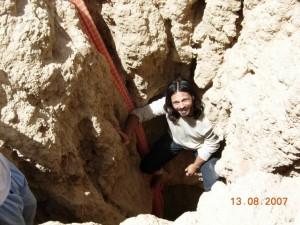 Andrea Benassi in una grotta in Marocco