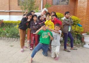 Pierangelo Fabbri assieme alcuni bambini dell'orfanotrofio adottati a distanza.