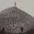 Nella foto, scattata nel 1870, una pila di teschi di bisonte, pronti ad essere trattati per la trasformazione in colla e fertilizzante.