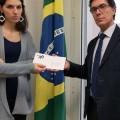 Una delegazione di Survival ha consegnato una lettera per il Presidente Bolsonaro al Console Generale del Brasile a Milano. © Survival International